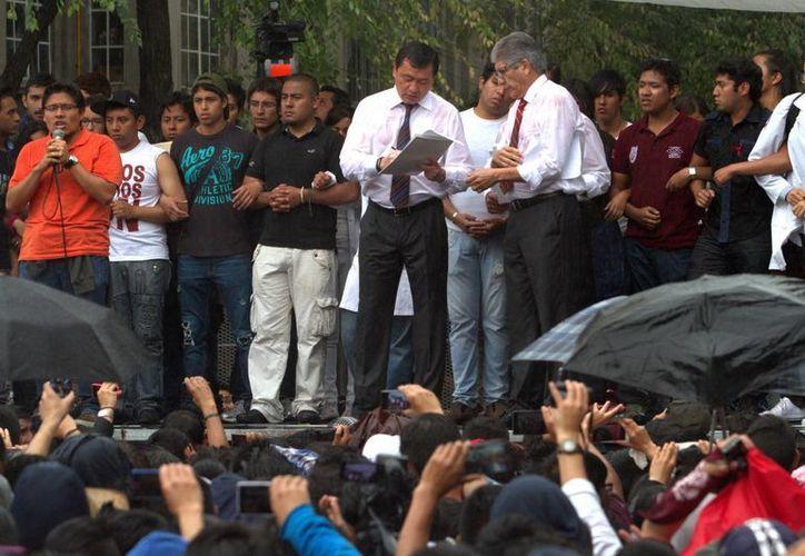 Hace unos días líderes estudiantes del Instituto Politécnico Nacional se reunieron con el titular de la Secretaría de Gobernación, Miguel Angel Osorio Chong (al centro), pero desde entonces el paro en las escuelas del IPN no se ha levantado. (Foto de archivo de Notimex)