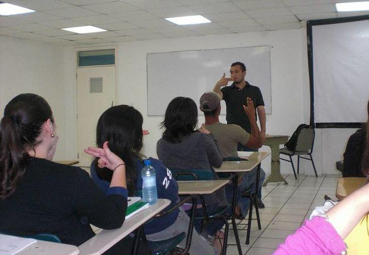Los defensores de oficio y asesores jurídicos del Gobierno de Yucatán aprenderán la forma de comunicación de los sordomudos en un curso sobre Lenguaje de Señas Mexicano. Imagen de contexto de la capacitación en lenguaje de señas. (cut.edu.mx)