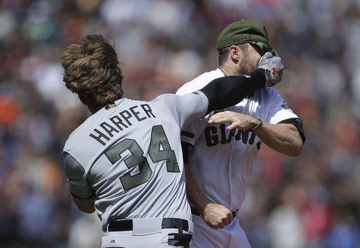 Castigan a beisbolistas que se agarraron a golpes en Grandes Ligas