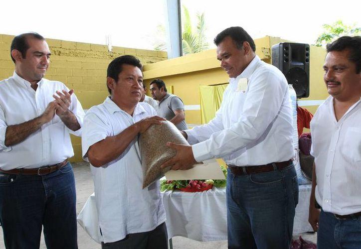 El gobernador Rolando Zapata entregó apoyos en Ixil. (Cortesía)