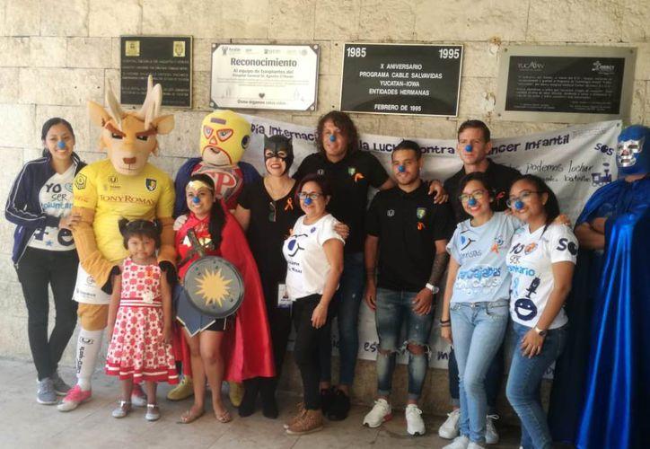 Los jugadores de Venados Juan José Miguel, Carlos Galeana y Exequiel Marques acompañan a los participantes en la campaña. (Foto: José Salazar)