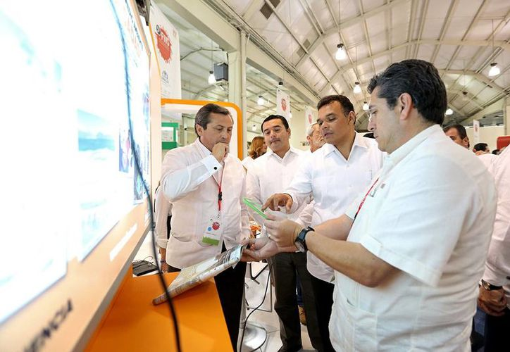 Tras inaugura el Foro de vivienda, el Gobernador Rolando Zaáta (c) recorrió los stands para conocer las inovaciones en la materia. (Cortesía)