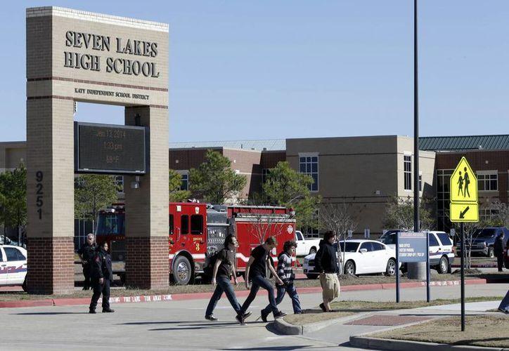 Los estudiantes fueron sacados de sus aulas y conducidos a los campos deportivos para su seguridad. (Agencias)