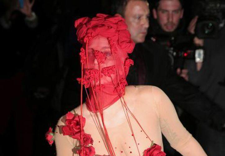 Lady Gaga llega para su primero de siete conciertos en el Roseland Ballroom, en Nueva York, el viernes. El escenario cerrará después de ocho décadas de funcionamiento. (Agencias)