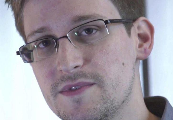 Fotograma de un vídeo distribuido el pasado 10 de junio por The Guardian en la que se registró a Edward Snowden, quien filtró datos acerca del ciberespionaje que hace Estados Unidos en todo el mundo. (EFE/Archivo)