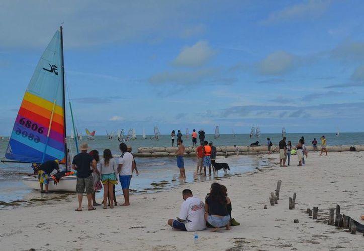 Este fin de semana se realizó la primera regata de tabla vela en la isla de Holbox. (Cortesía)