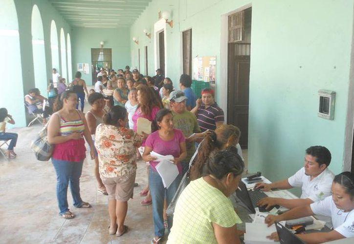 La afluencia en el módulo del Seguro Popular instalado en Progreso. (Manuel Pool/SIPSE)