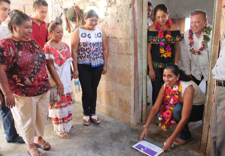 Las autoridades realizaron un recorrido en las viviendas beneficiadas. (Raúl Balam/SIPSE)