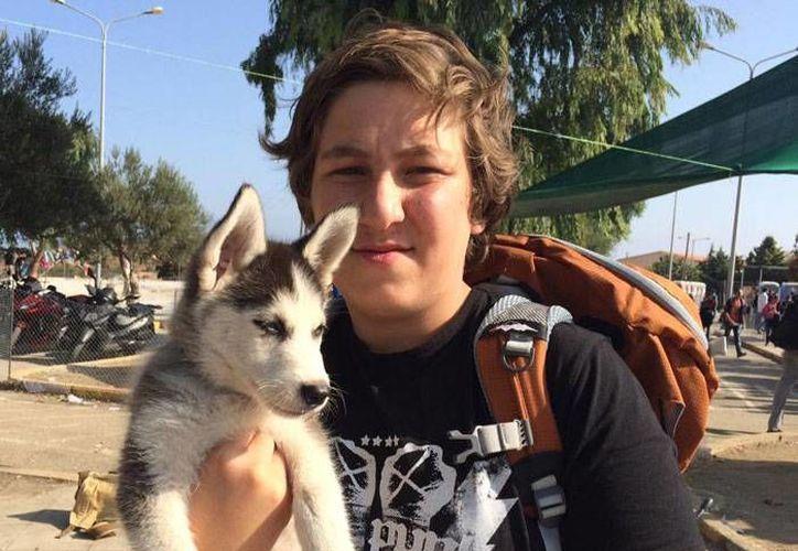 'Amo a mi perra', es la razón por la que Aslan caminó desde Damasco hasta Grecia con su mascota. (Foto: Internet)