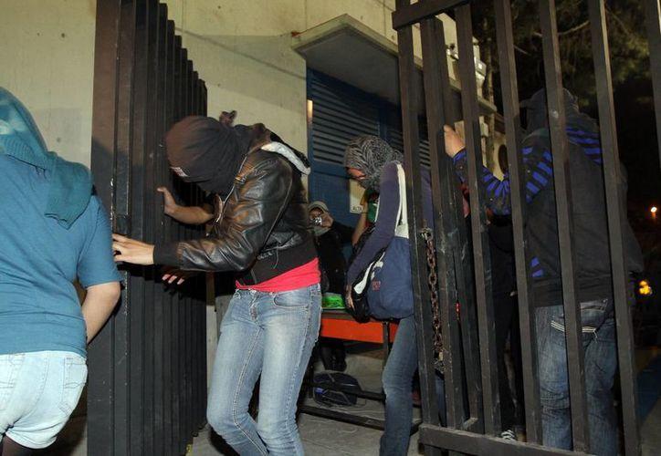 En tanto, la rectoría de la UNAM continúa tomada por un grupo de encapuchados. (Notimex)