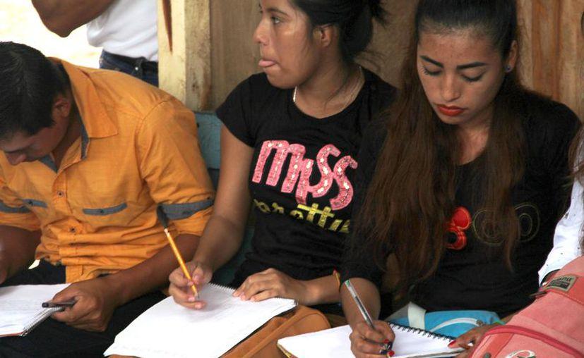 Los estudiantes muchas veces tienen que utilizar una sola libreta para todas sus materias. (Carlos Castillo/SIPSE)