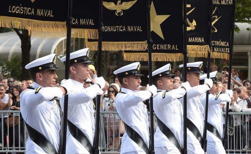 Cadetes de la H. Escuela Naval Militar con los estandartes de las carreras que se imparten en ese plantel, durante la ceremonia de fin de cursos, en julio de 2015. (Foto: presidencia.gob.mx/archivo)