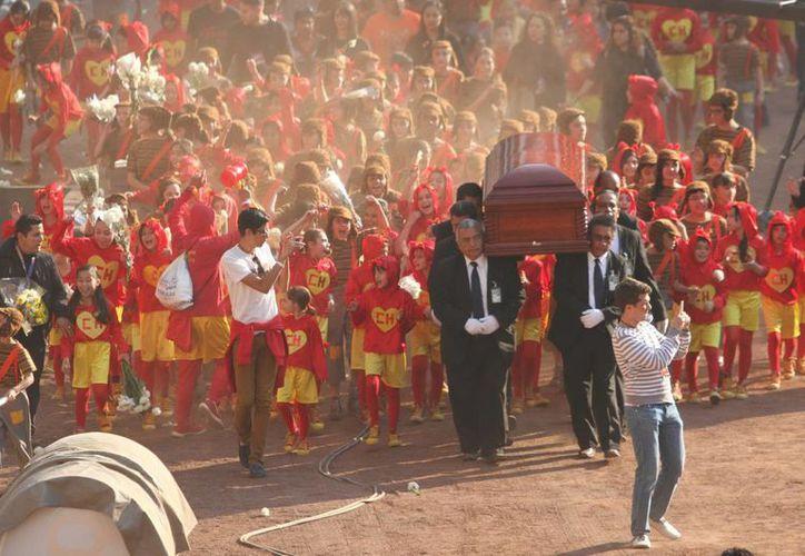 Traslado del féretro con el cadáver de 'Chespirito' en el Estadio Azteca, donde hace unos días se le rindió un homenaje póstumo. (Foto de Notimex)