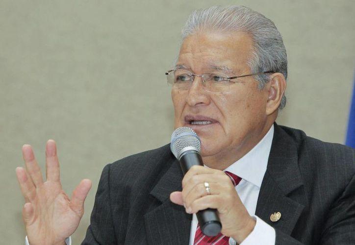 El presidente salvadoreño Salvador Sánchez Cerén anunció que los beneficiarios de un bono trimestral serán unos 24,000 agentes de la Policía Nacional Civil (PNC), 1,100 custodios de centros penales y 13,000 miembros de la Fuerza Armada que patrullan las calles de El Salvador. (EFE/Archivo)
