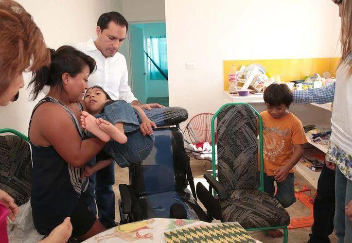 Mauricio Vila, alcalde de Mérida, realizó una supervisión a la construcción del comedor comunitario, en Brisas de San José Tecoh.(Milenio Novedades)