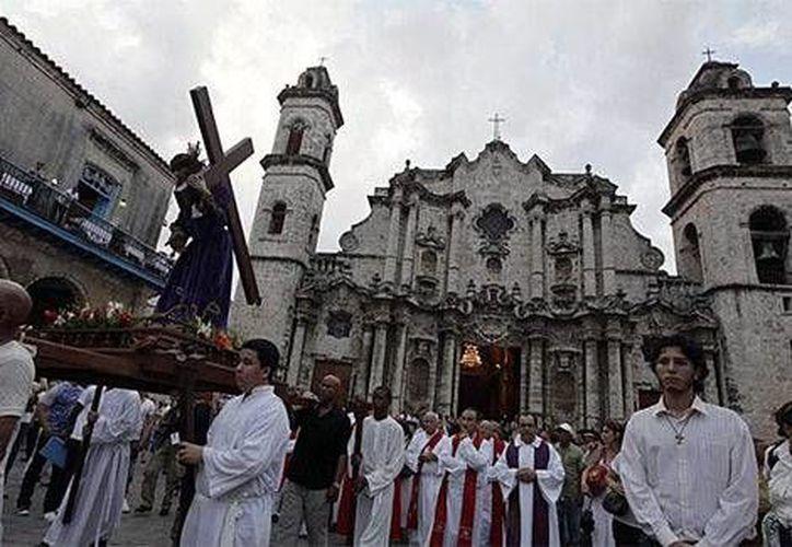 Católicos cubanos celebran el Vía Crucis ante la catedral de La Habana (Reuters)