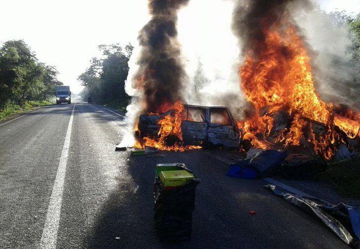 Por el impacto, el fuego consumió rápidamente a los dos vehículos, en la vía Maxcanú-Opichén. (Milenio Novedades)