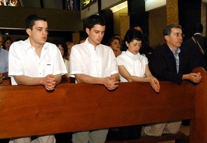 Imagen del expresidente colombiano, Álvaro Uribe Vélez junto a su esposa Lina y sus hijos Jerónimo y Tomás. (Archivo/EFE)