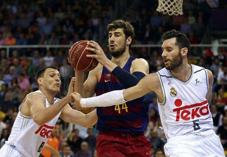 De último segundo los merengues cayeron en casa del Barcelona Lassa, en el primer partido de la serie que define al campeón de la Liga Endesa. (EFE)