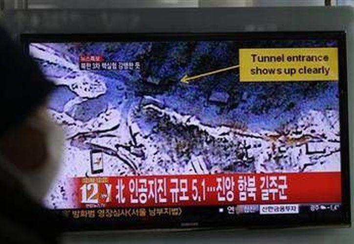 Un surcoreano observa un noticiario en el que se anuncia de una posible prueba nuclear subterránea realizada por Corea del Norte. (Foto: AP)