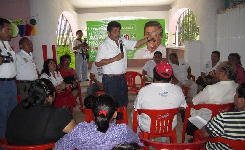 Agapito Magaña Sánchez durante una reunión con isleños. (Lanrry Parra/SIPSE)
