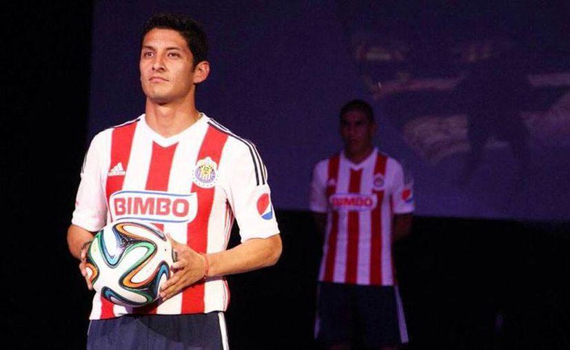 Hasta ahora en el Apertura 2014 Ángel Reyna (i) había pasado desapercibido, como casi todo el equipo de Chivas. (Facebook/Ángel Reyna)