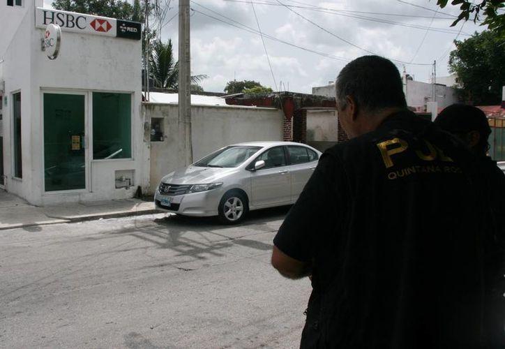 A las 11 de la mañana sonó la alarma del cajero automático, por lo que los vecinos notificaron a las autoridades correspondientes. (Irving Canul/SIPSE)