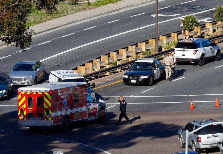 La policía desvía el tránsito cerca del Centro Médico Naval en San Diego después que se informó que alguien había efectuado disparos, el 26 de enero del 2016. (Nelvin C. Cepeda/The San Diego Union-Tribune via AP)
