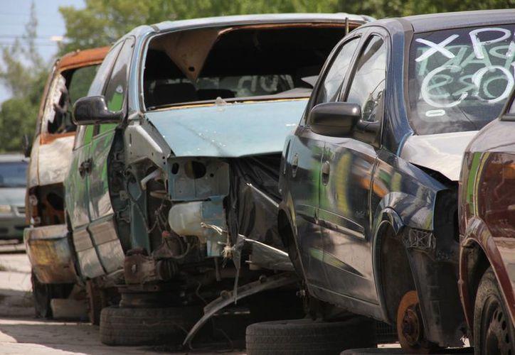 Los vehículos chatarra que se encuentran abandonados en las calles de Cancún, dan mala imagen a la ciudad. (Redacción/SIPSE)