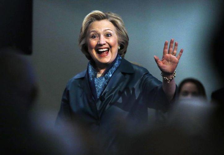 La candidata demócrata a la presidencia de EU, Hillary Clinton, durante su visita de este domingo a una Iglesia Bautista en Filadelfia. (Foto AP / Matt Rourke)