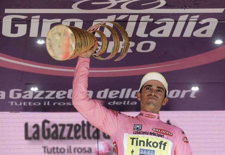 Al ganar el Giro de Italia, Alberto Contador ahora puede presumir de siete grandes trofeos en su poder. (AP)