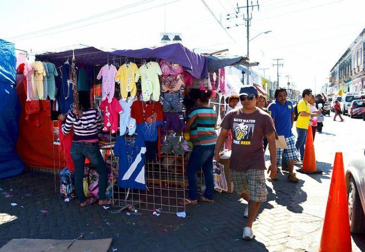 El alcalde de Mérida, Mauricio Vila, considera que los informales trabajan en un vacío legal. Imagen de uno de los muchos tianguis en la ciudad. (Milenio Novedades)