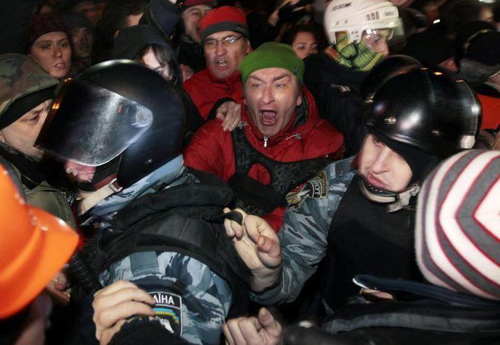 Las manifestaciones y enfrentamientos en Ucrania se derivaron de las largas condenas impuestas activistas por destruir una estatua de Lenin. (Agencias)