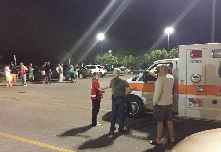 Imagen del personal de emergencia y evacuados en la zona donde descarriló el vagón de un tren con sustancias tóxicas este 2 de julio del 2015 en Maryville, Tennessee. (Brittany Bade/WBIR.com via AP)