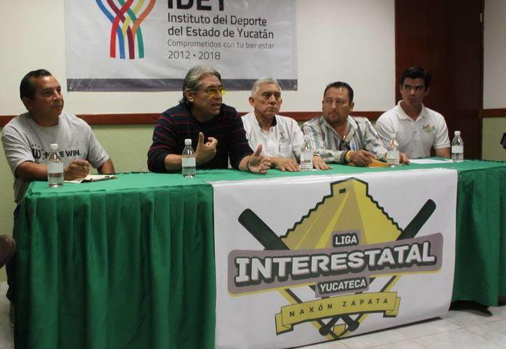 """Los directivos de la Liga """"Naxón Zapata"""" con el director del IDEY. (Milenio Novedades)"""