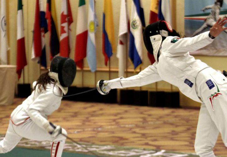 Las mejores esgrimistas del mundo lucharán por conquistar la Copa del Mundo, que reparte puntos para el ranking internacional. (Francisco Gálvez/SIPSE)