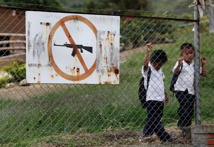Fotografía tomada el miércoles 3 de abril de 2013, de dos estudiantes en una escuela en el casco urbano de Toribío, Cauca, Colombia. (EFE)