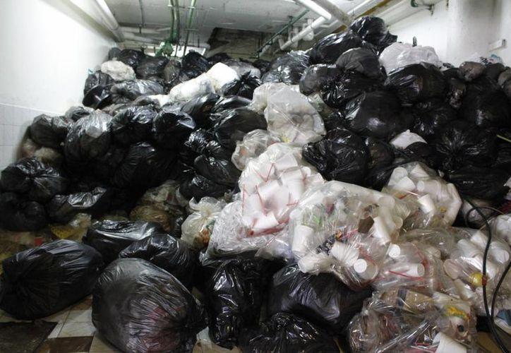 La plaza continuará con centenares de kilos de desperdicios. (Sergio Orozco/SIPSE)