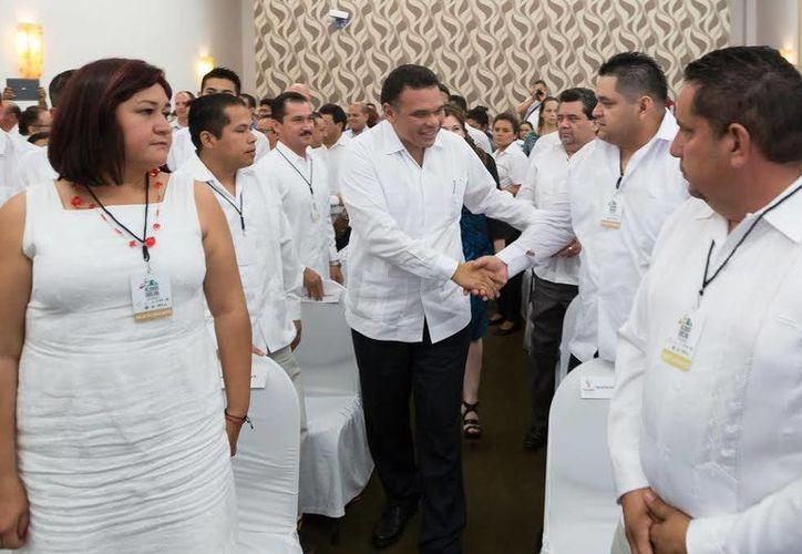 El gobernador Rolando Zapata Bello saluda a expertos en balística que se reúnen en Mérida. (SIPSE)
