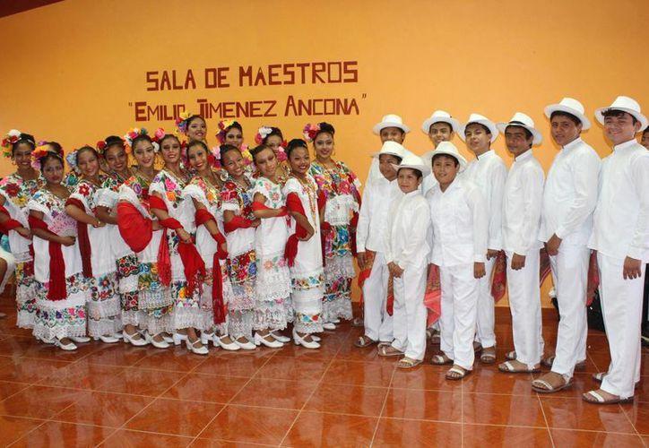 Los alumnos participaron con abanico en mano y sombrero puesto. (Sergio Orozco/SIPSE)