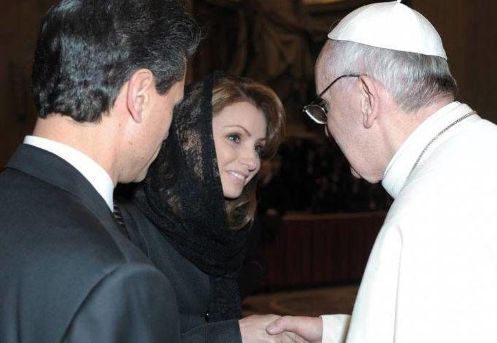 El presidente Peña Nieto y su esposa regalaron un soldeio al Papa Francisco. (www.presidencia.gob.mx)