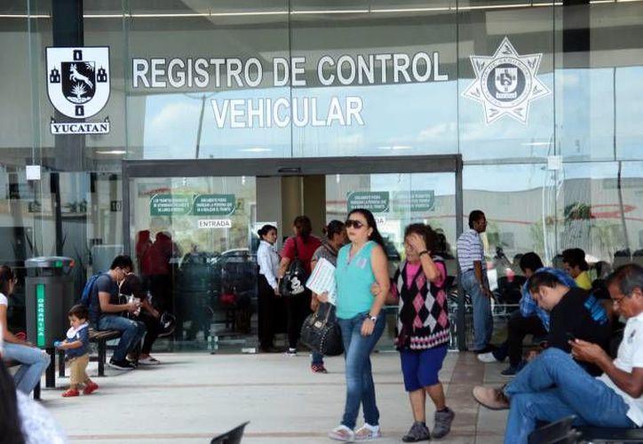 Decenas de personas acudieron al Registro de Control Vehicular para realizar esta diligencia. (Foto: Milenio Novedades)