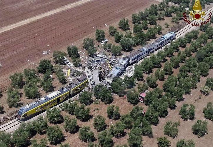 Fotografía aérea del lugar donde chocaron de frente dos trenes de pasajeros en la región de Puglia, Italia. (Agencias)