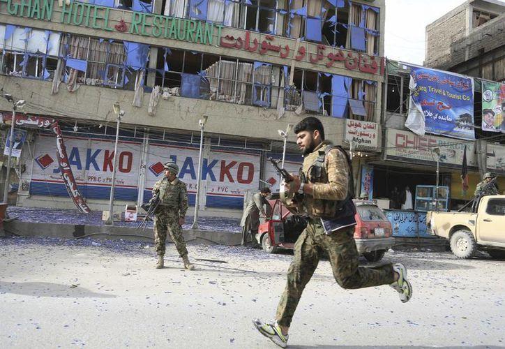Luego de detonar el camión cargado de explosivos, los combatienes irrumpieron en las oficina del gobernador y la policía. (Agencias)