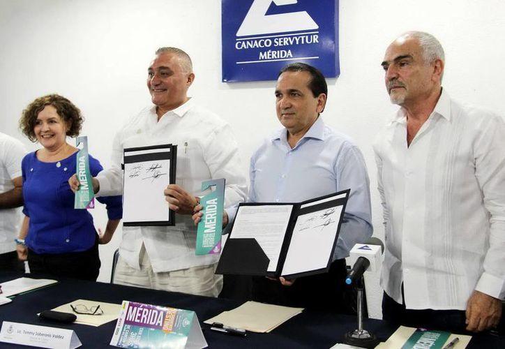 Canaco-Servytur, la Dirección Municipal de turismo, hoteleros y arrendadoras de Quintana Roo firmaron el convenio de publicidad ayer. (Milenio Novedades)