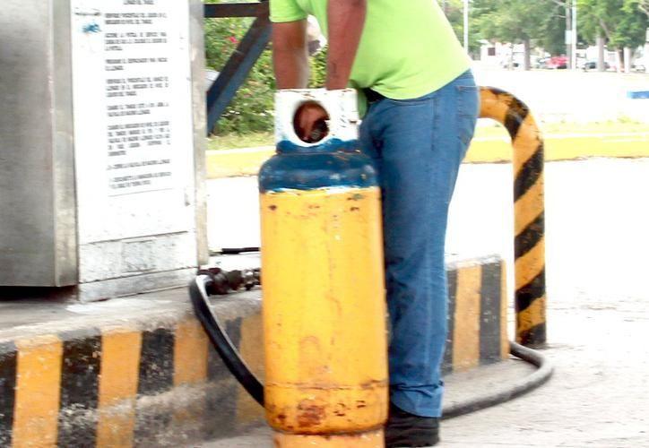 Este lunes el precio del tanque de 20 kilos de gas butano osciló entre 384 y 366 pesos. (SIPSE)