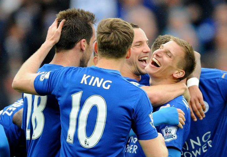 Leicester podría culminar su hazaña, si derrota a Manchester United en el duelo de este domingo.(AP)