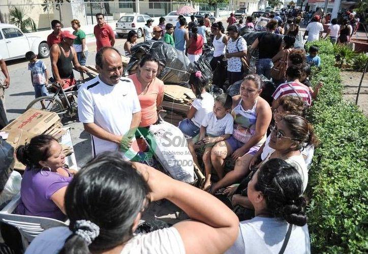 """Las familias de la colonia """"28 de Julio"""" se reunieron en torno al alcalde Rafael Kantún. (Redacción/SIPSE)"""