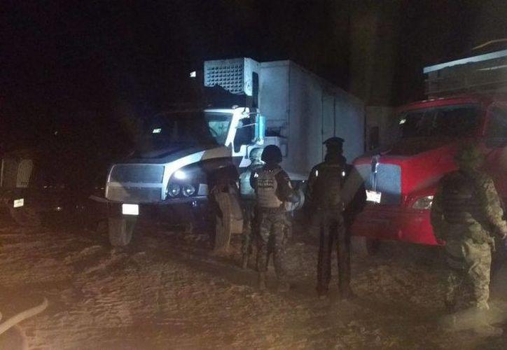 Tras el aseguramiento, llegó la policía militar, para iniciar el traslado de los camiones incautados. (Foto: Televisa News)