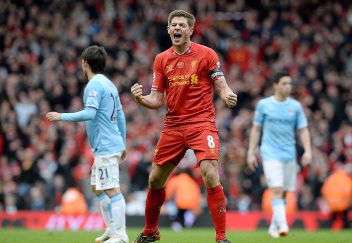 Gerrard celebra la importantísima victoria de este domingo ante el Manchester City, que empató después de estar 0-2 abajo, pero al final sucumbió ante el Liverpool. (EFE)